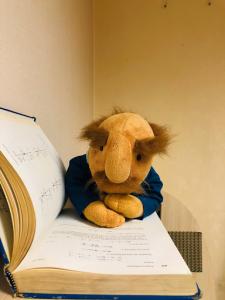 فامیل دور در حال کتاب خواندن